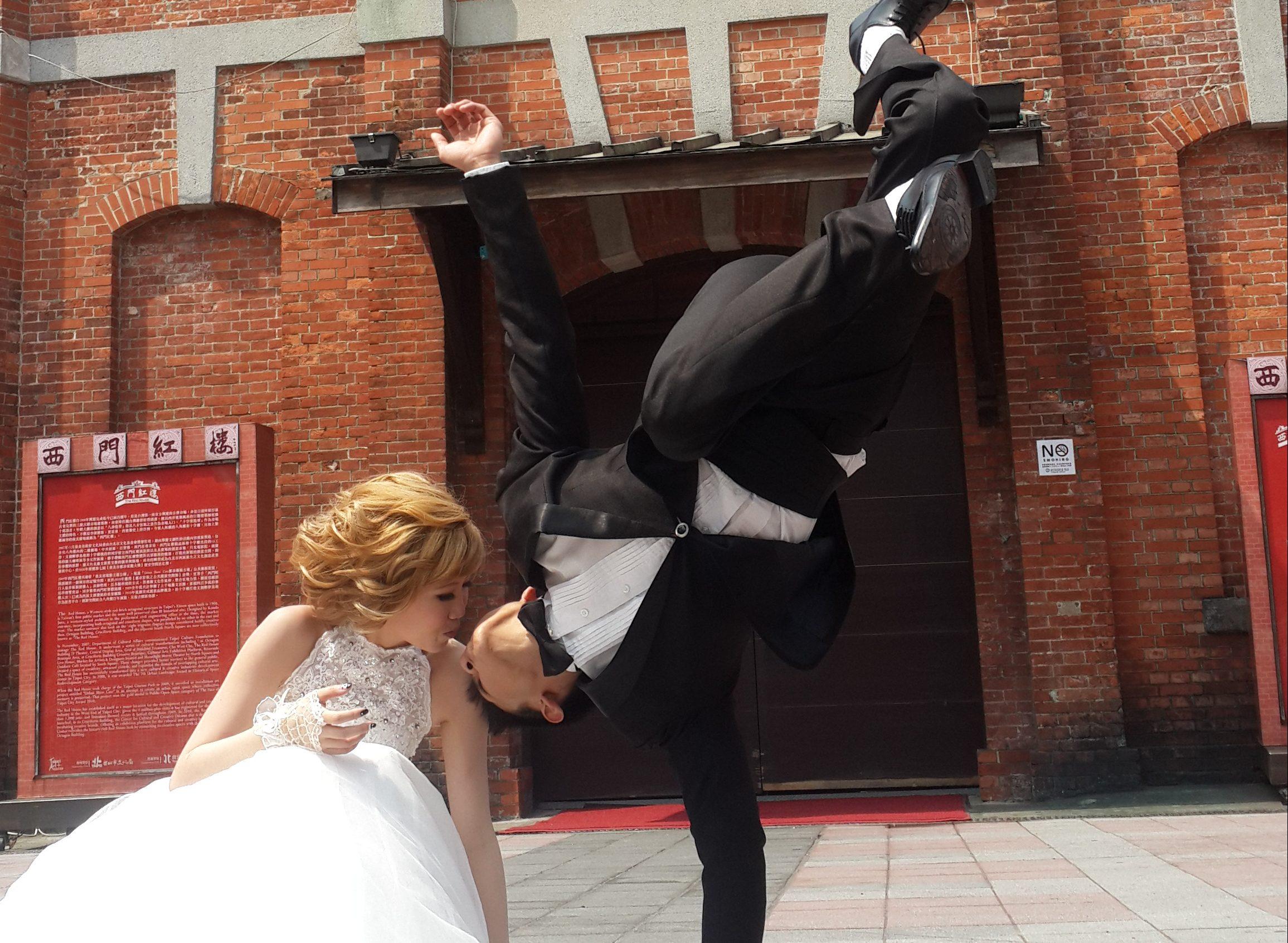 挑戰 婚紗照姿勢【 街舞 婚紗照 】婚紗攝影 側拍,最酷的 外拍 造型設計: 孫千越 (更新 2019/07/31)