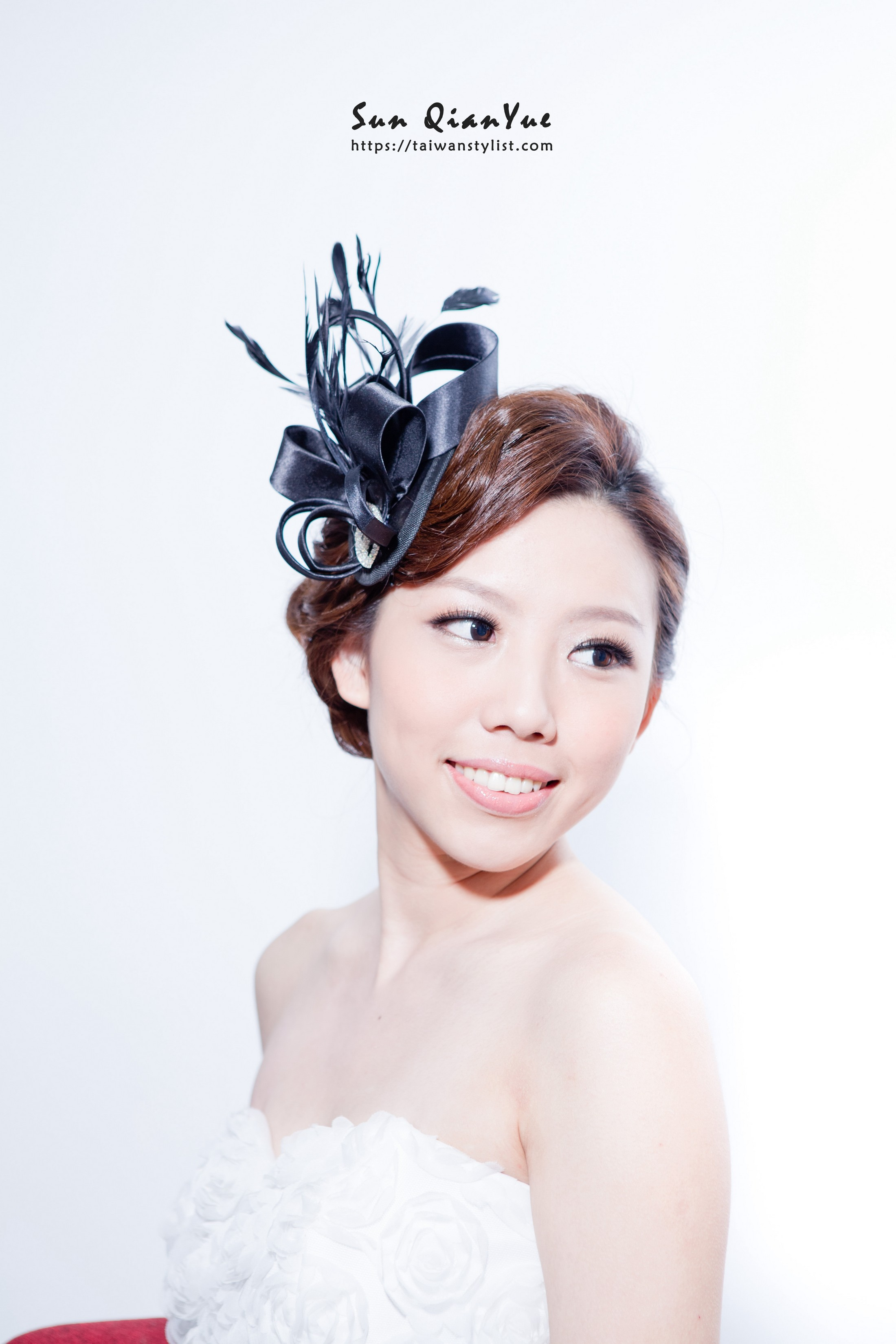 高調妝髮頭飾,搭配禮服的款式讓整體造型更加分!